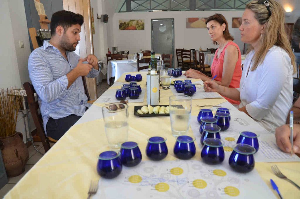 Μαθήματα γευσιγνωσίας λαδιού του Γιώργου Χατζηγιαννάκη στον Πύργο της Σαντορίνης