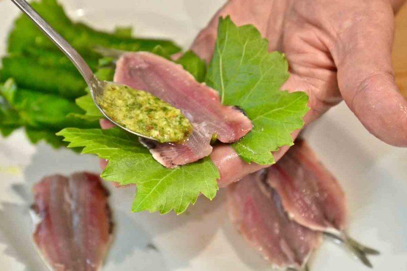 Σαρδέλες γεμιστές με λεμόνι Λεμονοδάσους σε κληματόφυλλα - Πόρος - Greek Gastronomy Guide
