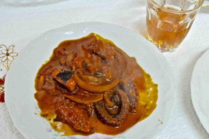 Χταπόδι κοκκινιστό στο τηγάνι - Greek Gastronomy Guide
