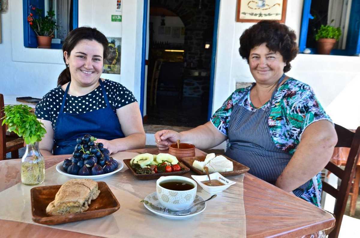 Παραδοσιακό καφενείο-μεζεδοπωλείο «στον Πύργο» στην Αρκεσίνη - Οι 10 καλύτερες ταβέρνες στην Αμοργό - Greek Gastronomy Guide