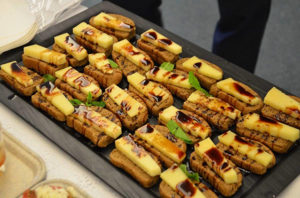 Τακάκια με γραβιέρα Κρήτης και δυόσμο και περιχυμένα με πετιμέζι από τους σεφ Μιχάλη Μαρκάκη και Γιάννη Κατσιφαράκη