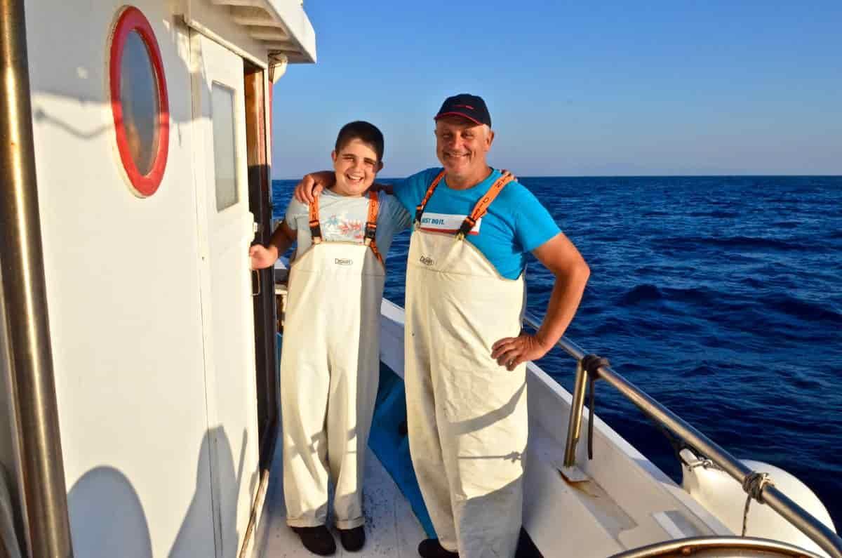 """Ψαρεύοντας μπαρμπούνια με τον μικρότερο """"καπετάνιο"""" των Κυκλάδων, τον 13χρονο Χρήστο Τριπολιτσιώτη από τον Αμπελά της Πάρου - Greek Gastronomy Guide"""